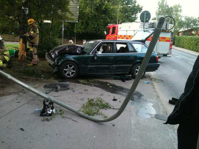 Bilen kraschade rakt in i en lyktstolpe.