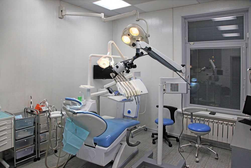 Rester av verktyg ska ha hittats i tandköttet på patienter. Tandläkaren har även försökt lura patienter på pengar.