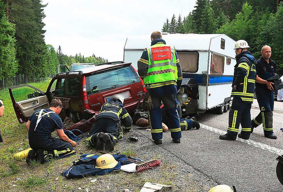 I Borlänge inträffade en singelolycka med en bil med husvagn. Polis spärrade av på plats vilket skapade långa köer.