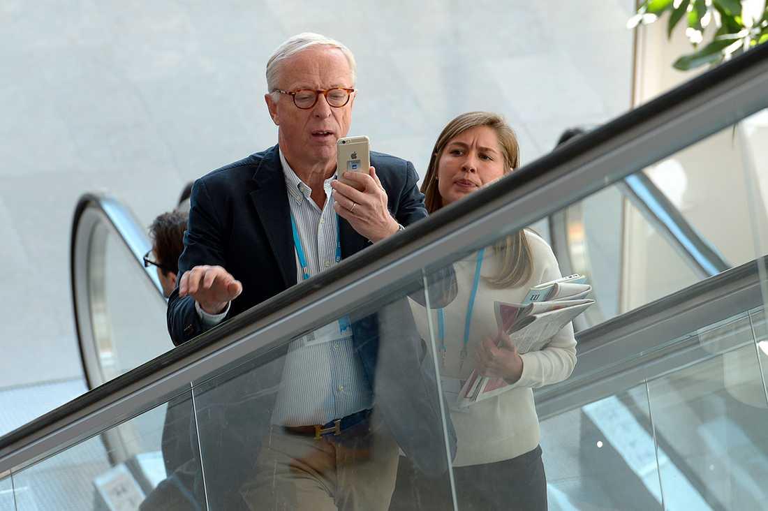 """EU-parlamentarikern Gunnar Hökmark, 63, rapporterade direkt från stämman: """"Jag avtar en rapport via rörlig bild på Twitter""""."""