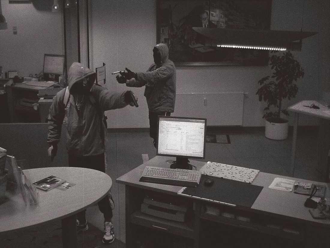 Här rånar Uwe Mundlos och Uwe Böhnhardt en bank i Arnstadt i början av september 2011.