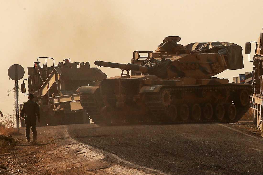 En turkisk stridsvagn rullar mot Syrien på måndagen.