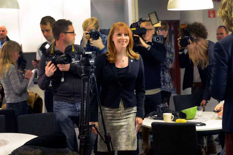 Annie Lööf tvingades avbryta sin semester i Thailand för att samla sitt parti. I går eftermiddag höll hon ett telefonmöte med medlemmar från hela landet.