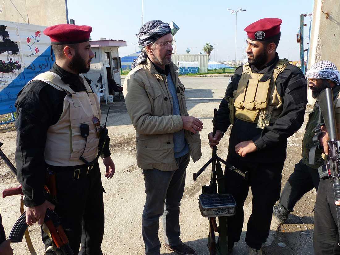 Jürgen Todenhöfer pratar med specialpolis från IS i Mosul.