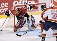 Ottawas målvakt Patrick Lalime konstaterar att en puck glider utanför målet i nattens match mot Atlanta.