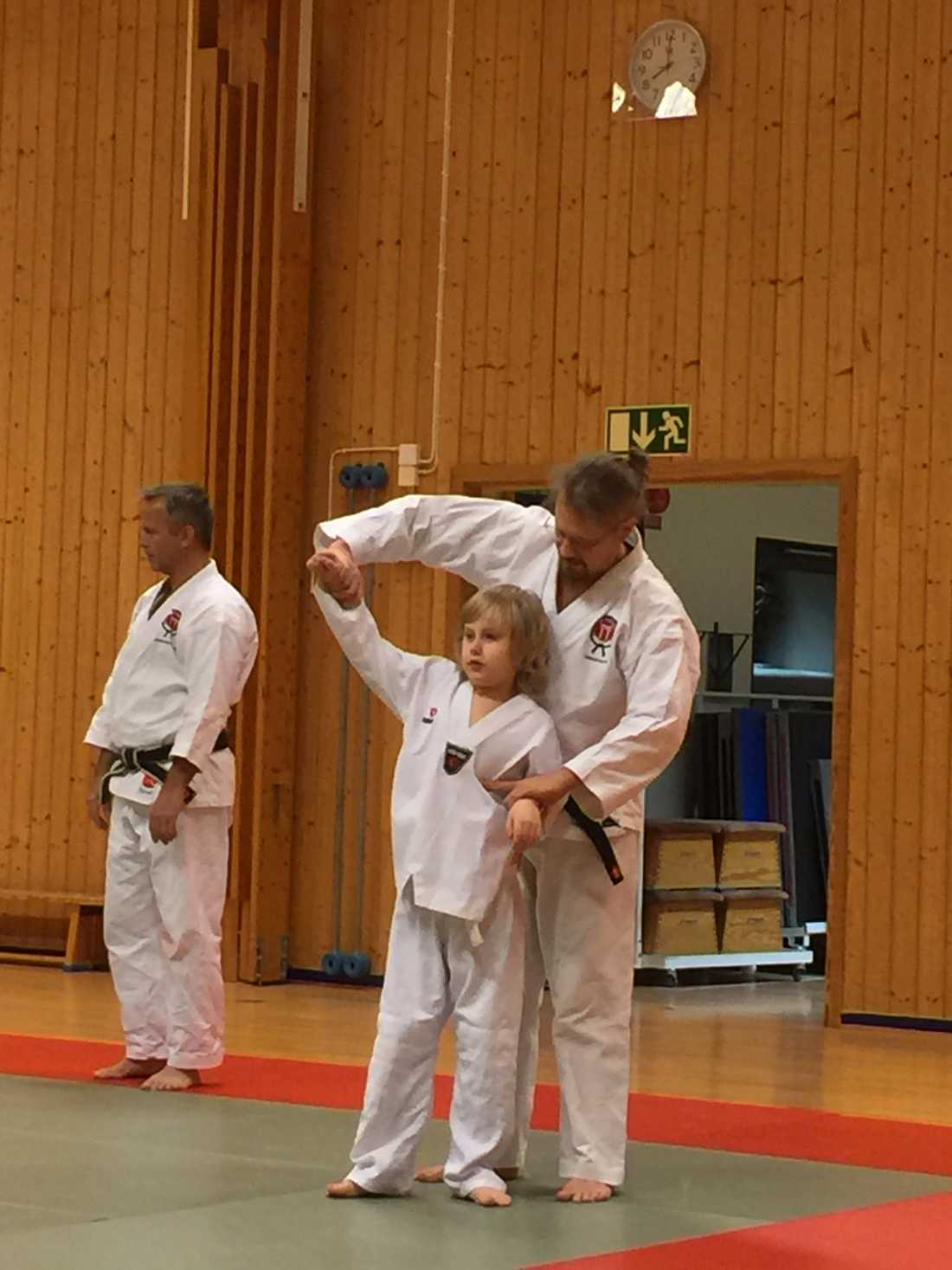 Pappa Magnus och Conrad tränar jujutsu