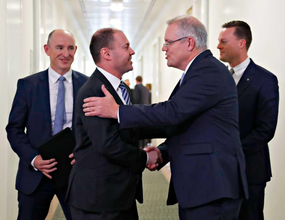 Scott Morrison har valts till ny premiärminister i Australien. Här gratuleras han av miljöminister Josh Frydenberg som valts till vice premiärminister. Arkivbild.