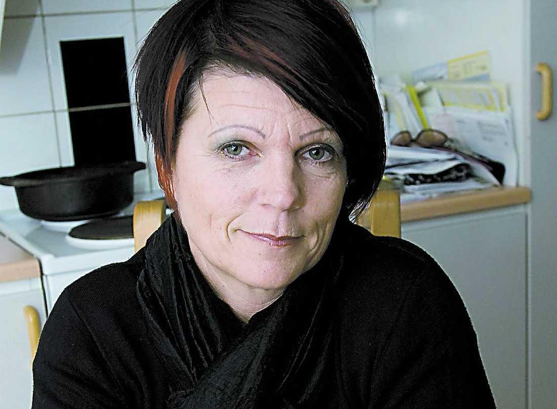 """Feber och värk Undersköterskan Lotta Lindström, 49, från Jönköping tog sprutan. Och fick feber, frossa och värk. """"Efter två veckor är jag fortfarande trött i kroppen. Jag kommer inte att ta spruta nummer två. Det är inte roligt att ha fått de här biverkningarna"""", säger Lotta. Hon vill inte säga åt andra om de ska vaccinera sig eller inte."""