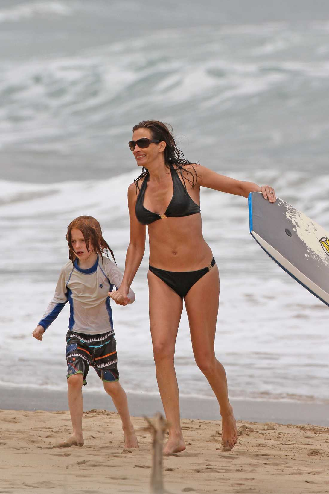 Julia Roberts drog på påsksemester till Hawaii. I måndags sågs hon på stranden tillsammans med sina tre söner, Hazel, Finn och Henry.  Foto: All Over Press