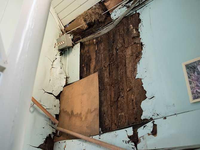 När de köpte huset var fasaden vid trappan rejält fuktskadad med hål.
