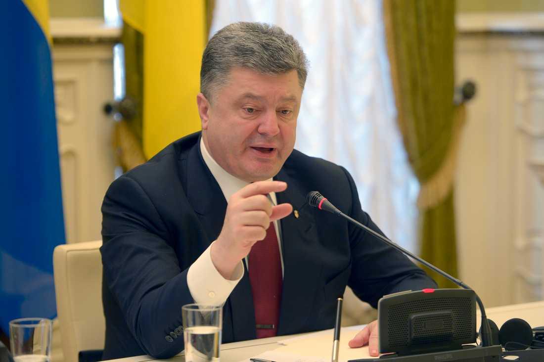 Ukrianas president Petro Porosjenko kommer föreslå att parlamentet ska införa krigslagar efter ryska attacken.