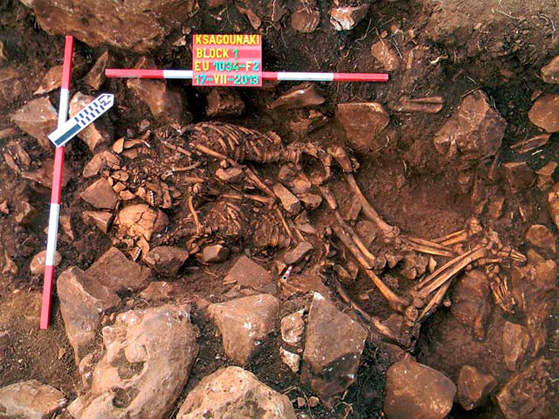 Ett ungt par hittades omslingrade i en forntida grav i en grotta på Diros på halvön Peloponnesos i Grekland. Den tros vara från 6000 år före vår tideräkning.