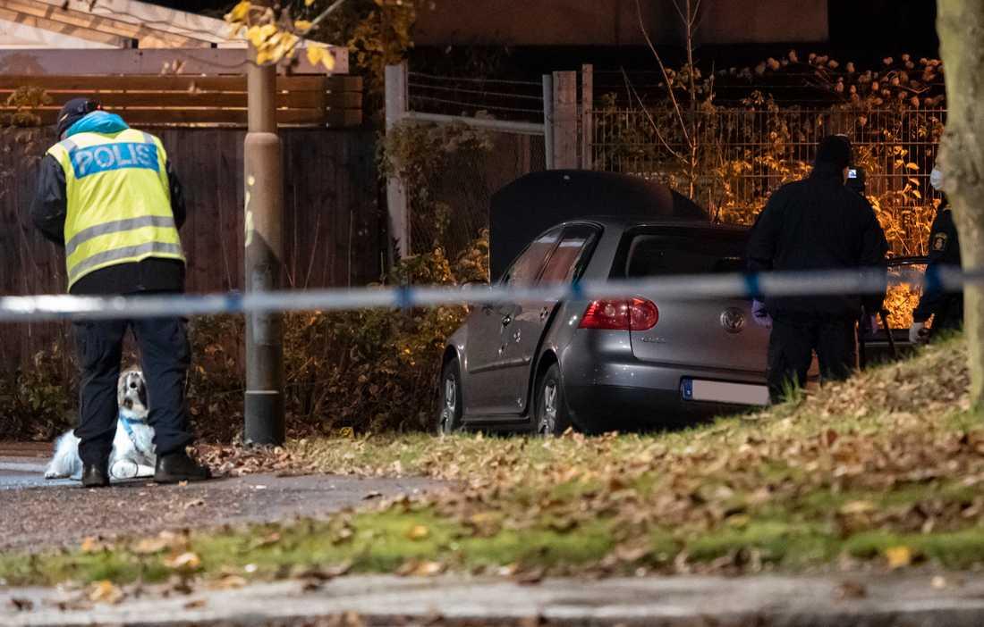Polis med vapenhund och kriminaltekniker undersöker under natten till tisdagen en bil med skador innanför avspärrningarna efter en skottlossning på Jöns Risbergsgatan.