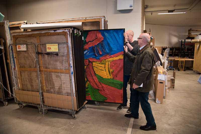 160 målningar av Bengt Lindström finns lagrade i magasinet i Frihamnen i Stockholm.