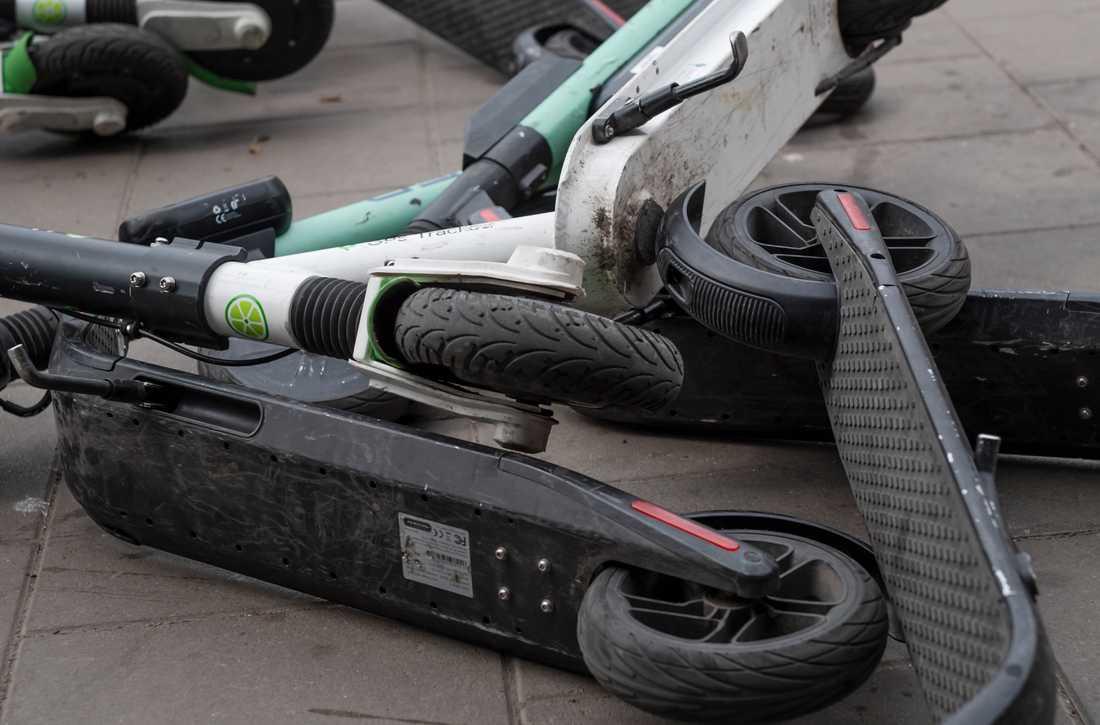 Felparkerade elsparkcyklar är ett stort problem i storstäderna.