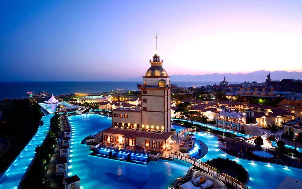 MARDAN PALACE, ALANYA, TURKIET Femstjärnigt hotell i populära charterorten Alanya. Bakom bygget, som stod klart 2009, ligger en affärsman från Azerbajdzjan. I poolen, som är den största kring Medelhavet, finns ett akvarium med 2400 fiskar nedsänkt. En övernattning här kostar runt 2000 kr. Mer info: www.mardanpalace.com.tr