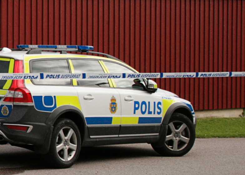 Polisen larmades till bostadsområdet. På plats hittades två skadade personer, en kvinna och den nioåriga flickan.