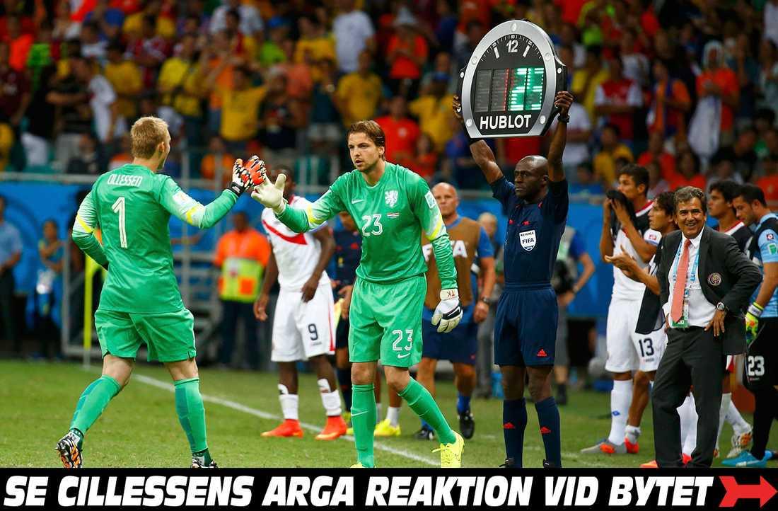 Med en minut kvar av övertiden bytte Holland målvakt.