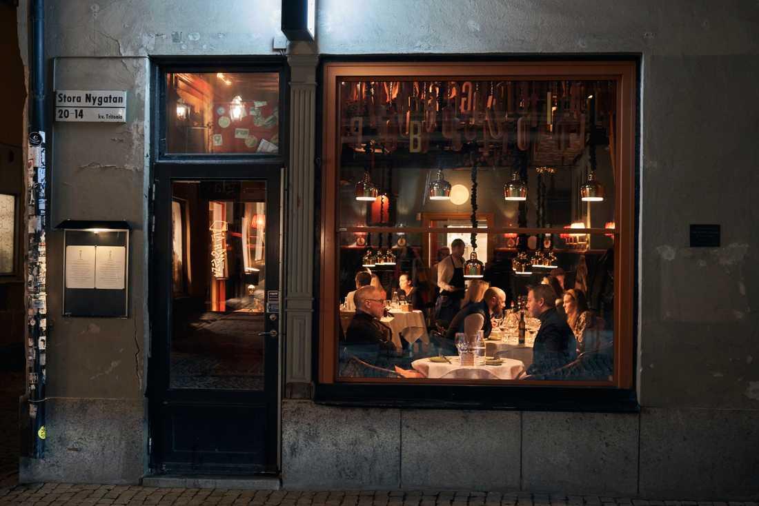 Gatorna i Stockholm är ödsliga men inte tomma, och vissa går fortfarande ut och äter på restaurang, konstaterar The New York Times i ett reportage på lördagen. Arkivbild.