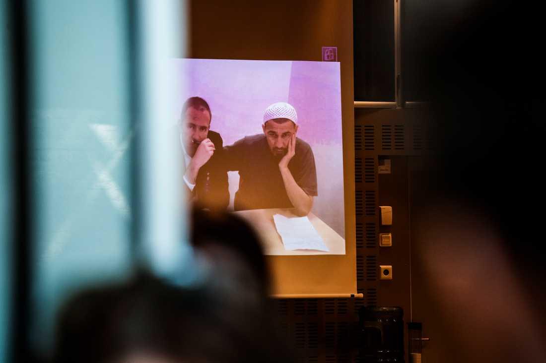 Rakhmat Akilov via videolänk vid en av omhäktningarna.
