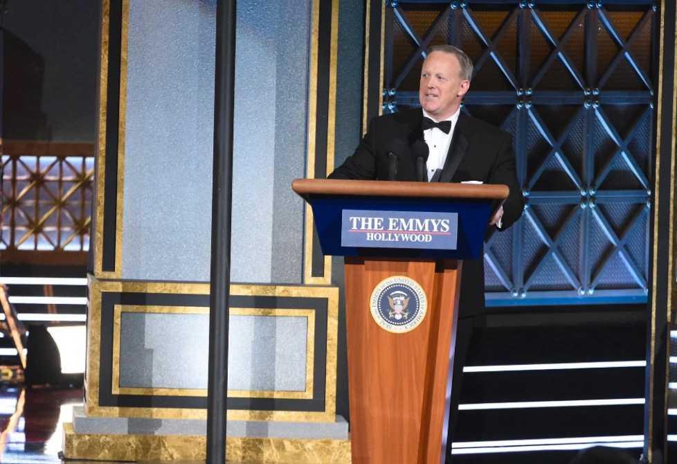 Donald Trumps pressekreterare Sean Spicer skojade om sina lögner på Emmy-galan.