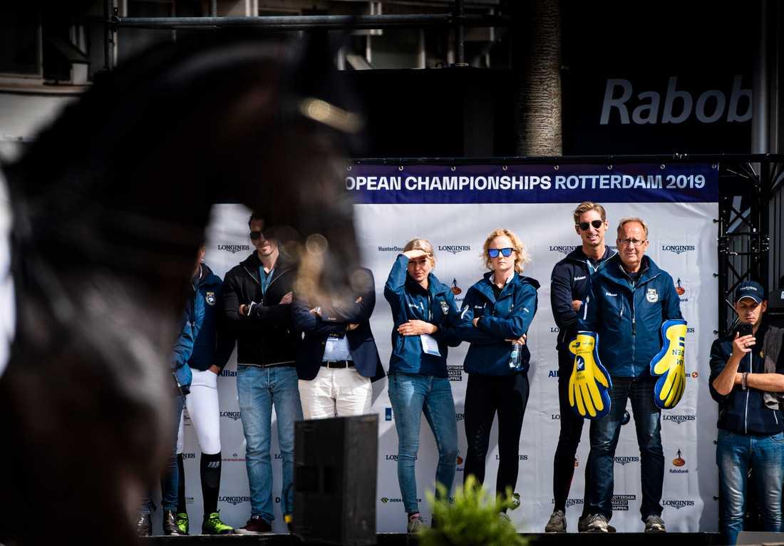 Förbundskapten Bo Jenå, med handklappor, följer Therese Nilshagens och Dantes EM-ritt.