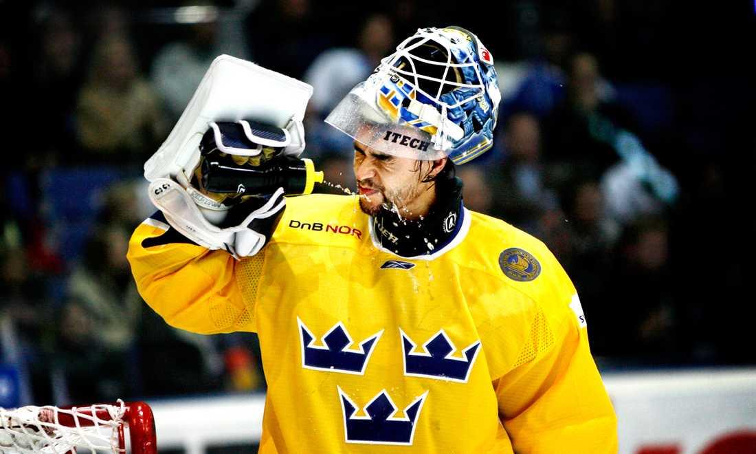 Stefan Liv svalkar sig under en match i Karjala Cup i november 2007.