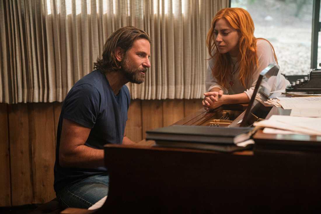 """Bradley Cooper och Lady Gaga i """"A star is born""""."""