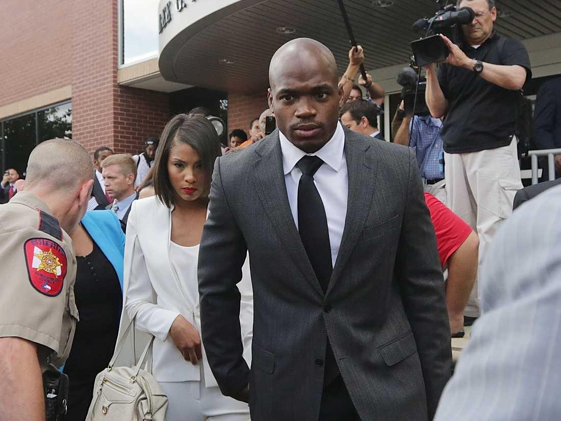 Adrian Peterson på väg ut från domstolen 2014 tillsammans med sin fru. Då i Minnesota Vikings dömdes running-backen till avstängning utan lön.