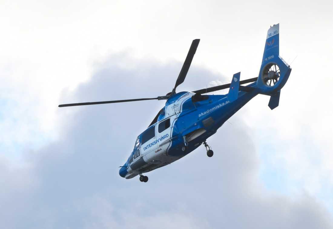 En person har förts till sjukhus med ambulanshelikopter efter en frontalkrock på riksväg 42 strax norr om Borås på morgonen. Arkivbild.