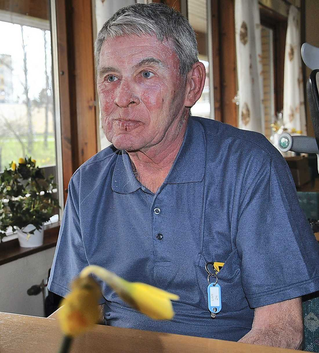 """Roland Johansson hade velat äta sill och ägg tillsammans med de andra på trygghetsboendet, men på grund av kommunen blir han utan. """"Jag tycker det är bedrövligt"""", säger han."""