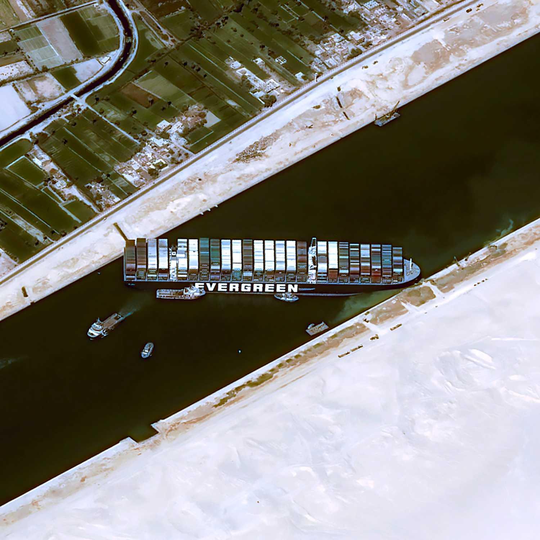 Det 400 meter långa fartyget sitter fast på tvären i den 200 meter breda kanalen.