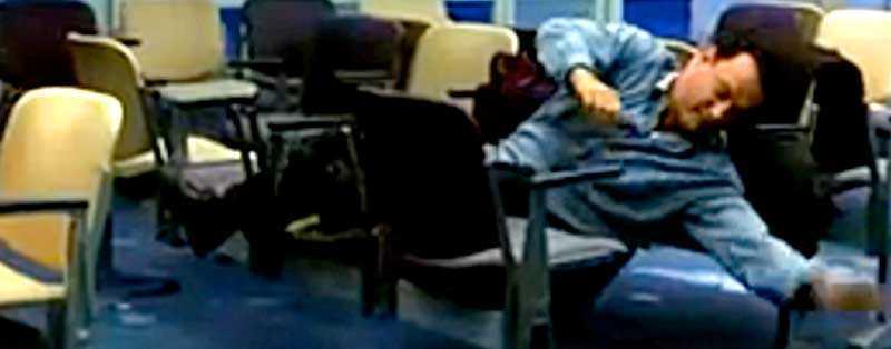 """Tom Hanks försöker sova på flygplatsen i filmen """"The Terminal"""". Berättelsen sägs vara inspirerad av en incident på Charles de Gaulle i Paris - världens värsta flygplats enligt sajten www.sleepinginairports.net."""
