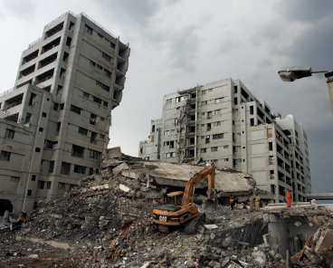 KOLLAPSADE Margalla Tower var det enda huset som rasade samman i Islamabad under jordbävningen. Här befann sig en svensk familj. I går grävdes deras kroppar fram. I Pakistan krävs nu dödstraff för de som var ansvariga för fuskbygget.