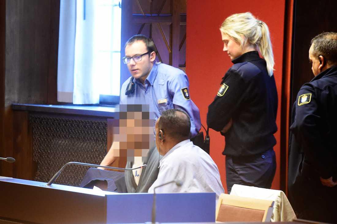 En man i 20-årsåldern anklagas för försök till mord på en kvinna på en psykiatrisk akutvårdsavdelning vid Sankt Görans sjukhus i Stockholm.