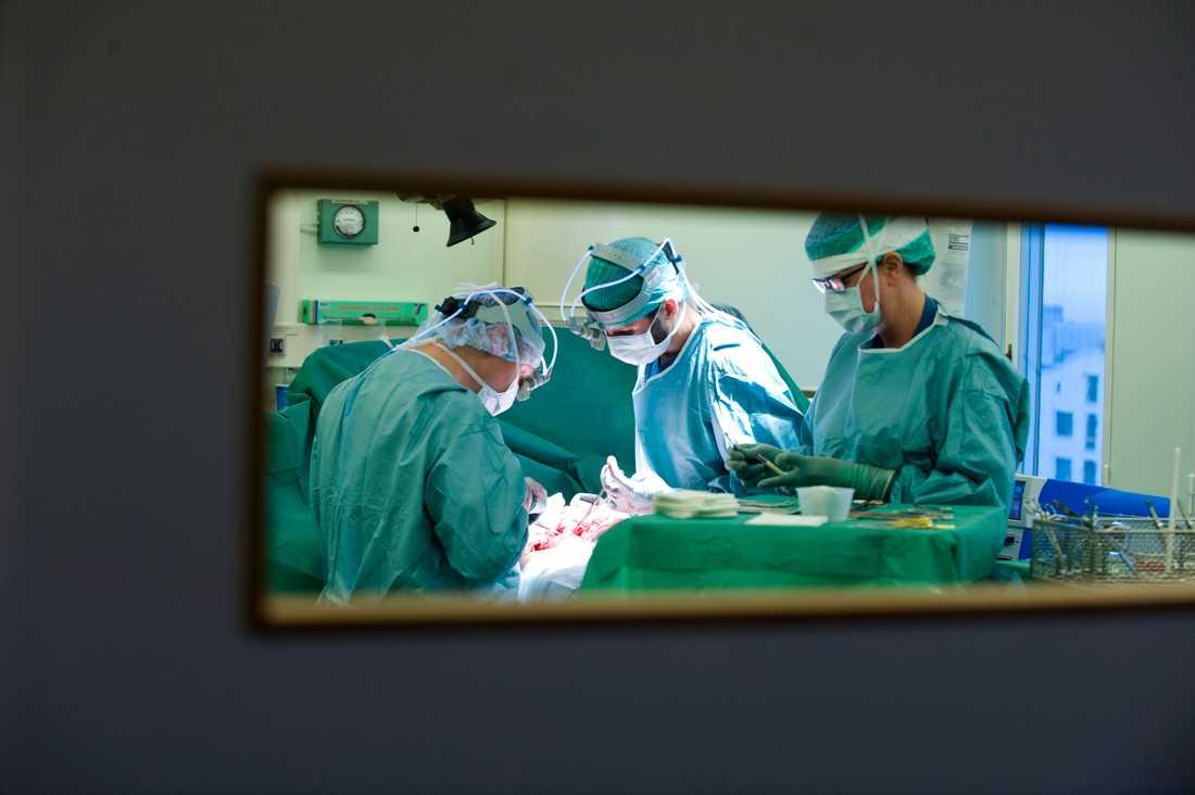Förlamade patienter i Australien har med hjälp av nervtransfereringar fått tillbaka möjligheten att använda sina händer och armar. Bilden är dock från en annan operation. Arkivbild.
