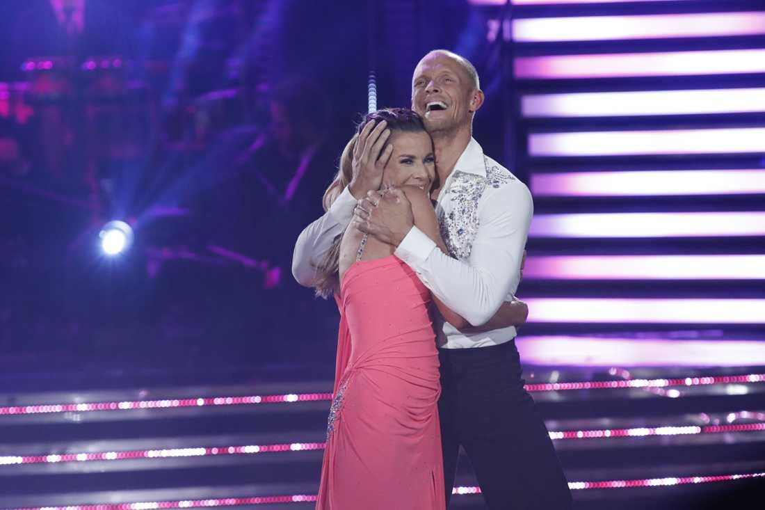 """Magdalena Forsberg och Tobias Karlsson i finalen av """"Let's dance""""."""