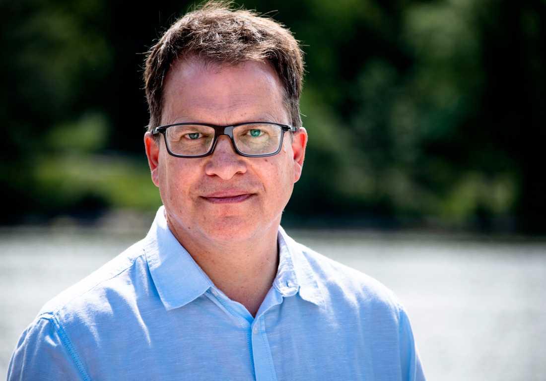 DNA-släktforskaren Peter Sjölund har jobbat långa pass för att lösa dubbelmordet i Linköping.