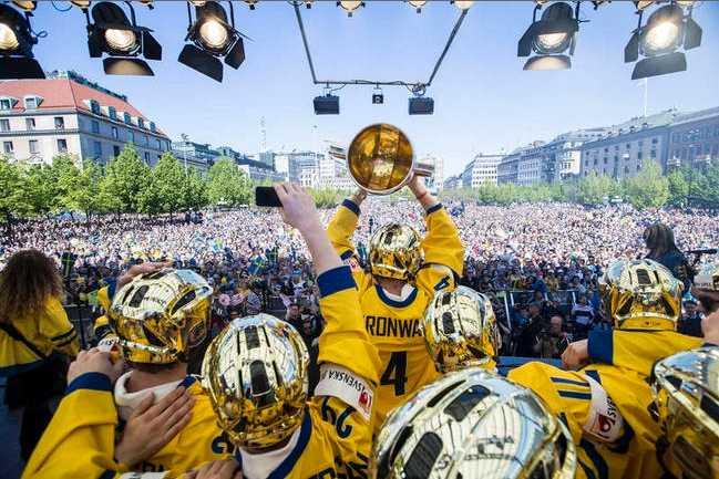 VÄRLDSKLASS Tre Kronor firar VM-guldet i Kungsträdgården den 20 maj 2013.