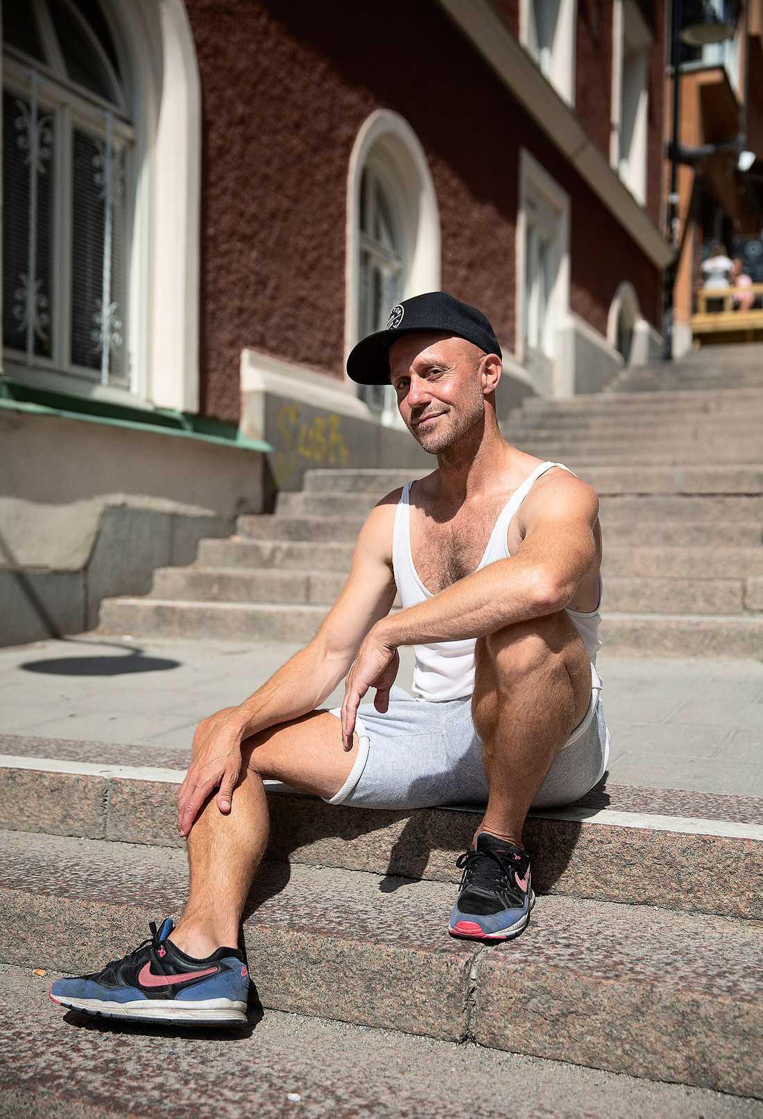 """""""Nyförälskad i mitt unga jag"""". Under arbetet med """"Fröding dansade aldrig på bögklubb i Damaskus"""" insåg Fredrik Apollo Asplund att han trots allt var stark som liten gosse."""
