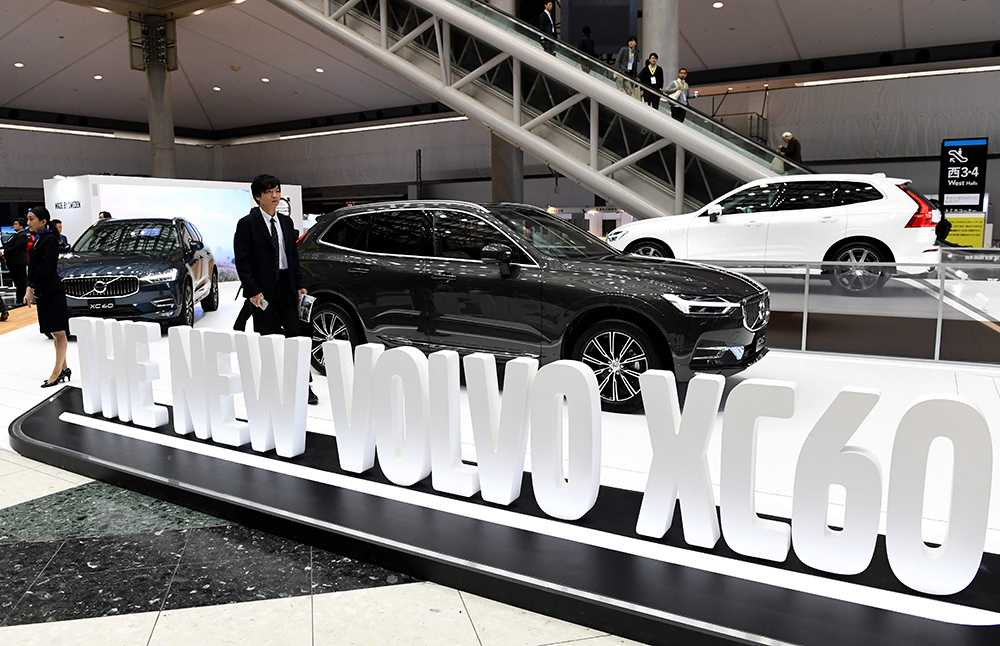 Men är det inte Volvo som syns där borta? Jo, nya Volvo XC60 presenteras och visas upp.