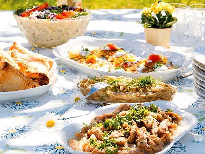 """Vegetarisk midsommarbuffé. """"Lagar du god mat så kommer folk tycka att det är gott"""", tipsar Mattias Kristiansson."""