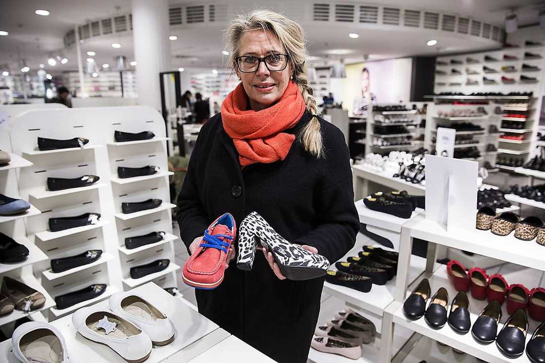"""Fotterapeuten Ann Lindström tycker att vi ska låta foten välja skor - inte ögat. """"Majoriteten av alla fotåkommor beror på dåliga skor. En bra sko ska nämligen klara av vrid- och böjtestet samt ha en uppbyggd sula"""". säger hon."""