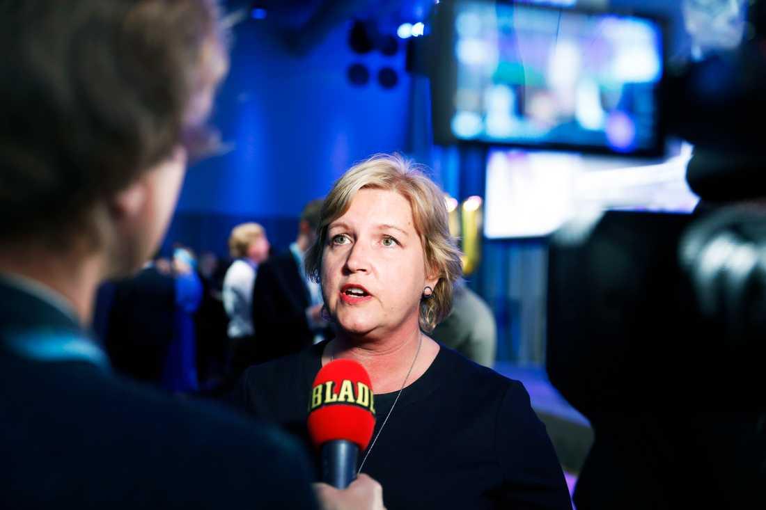 Liberalernas Karin Karlsbro intervjuas av Aftonbladets Olof Svensson.