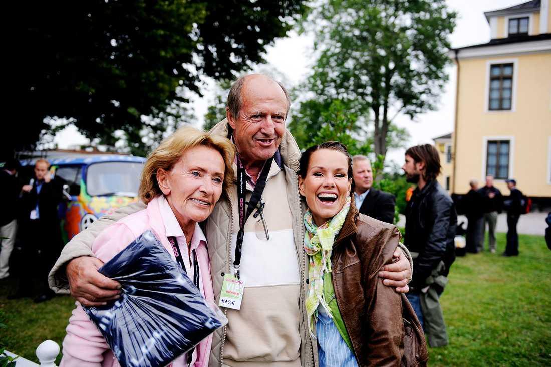 Hasse Wallman med makan Marie och artisten Linda Bengtzing på vimmel för Diggiloo 2009.