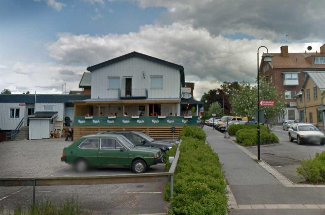 Ägarna till restaruangen Jiaozibar i Nordmaling har satt sig i frivillig karantän efter en längre vistelse i Kina.