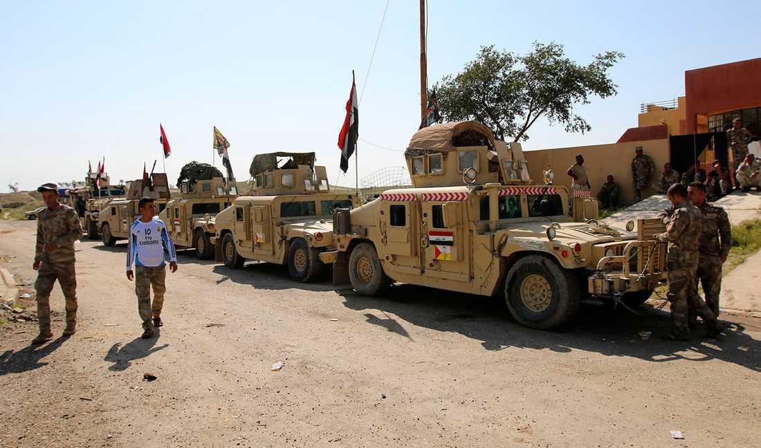 Militära fordon på rad vid Udhaim dam