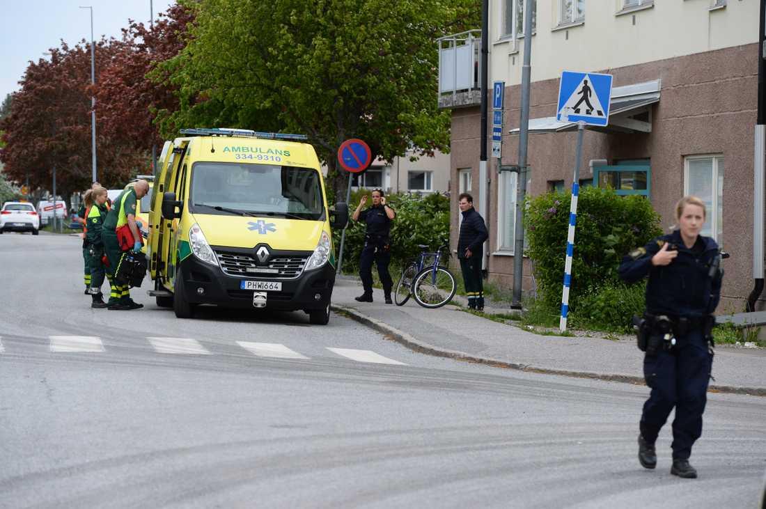 Den knivskadade personen fördes till sjukhus i ambulans.
