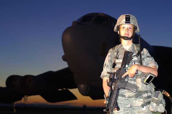Soldaten Carrie Hart vaktar ett bombplan av typen B-52H.