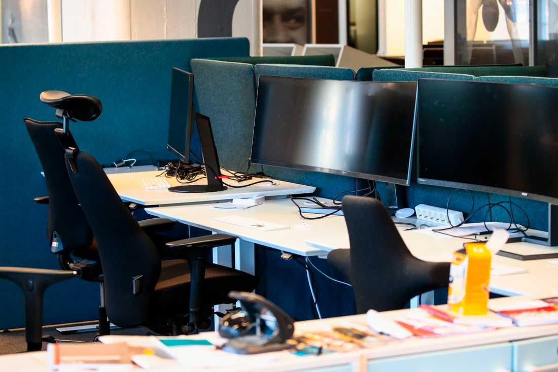 Allt fler företag ber sina anställda att jobba hemifrån efter Folkhälsomyndighetens uppmaning tidigare i veckan. Arbetsplatser ekar tomt och nu måste arbetsdagens rutiner istället infinna sig i hemmet.